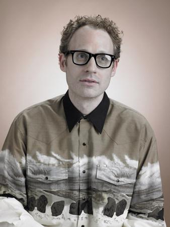 Man wearing glasses LANG_EVOIMAGES