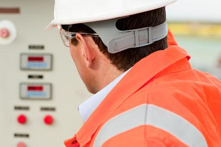 Ingeniero mirando el panel de control LANG_EVOIMAGES