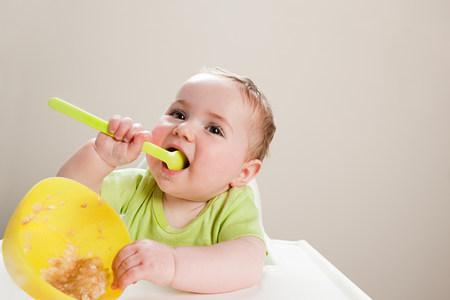 Bebé con el tazón de fuente de babyfood