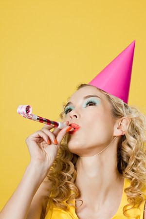 Sombrero del partido de mujer joven con sombrero de fiesta