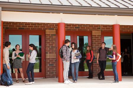 spolužák: Studenti střední školy mimo budovu školy