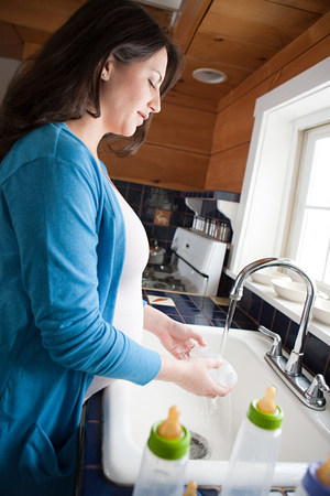 relaciones laborales: Embarazada, mujer, lavado, bebé, botellas