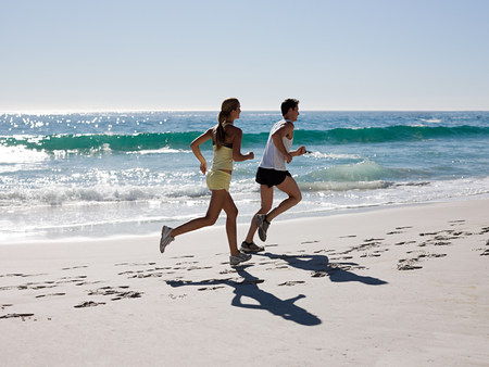 20 25 years old: Young couple jogging on beach LANG_EVOIMAGES