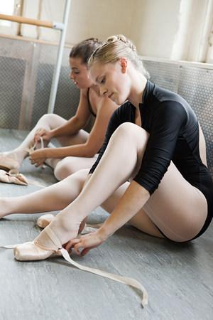 sit down: Bailarinas poniéndose zapatillas de ballet