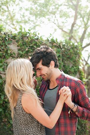 Cariñosa joven pareja de vacaciones