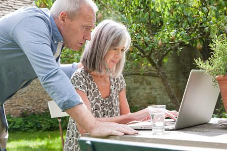 back link: Mature couple using laptop LANG_EVOIMAGES