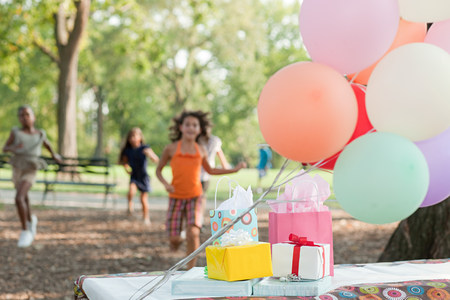 Outdoor birthday party with balloons LANG_EVOIMAGES