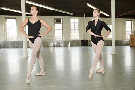 panty hose: Ballerinas dancing in studio LANG_EVOIMAGES