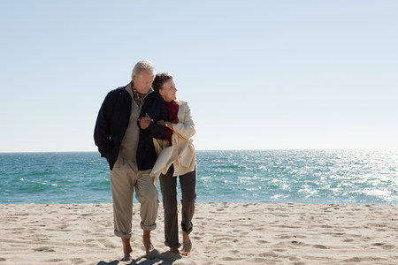 Mature couple by the sea LANG_EVOIMAGES