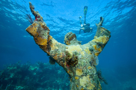 submerging: Snorkeler and underwater statue LANG_EVOIMAGES