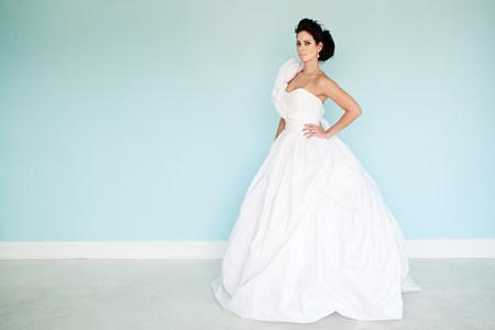 Young woman wearing white wedding dress, studio shot LANG_EVOIMAGES