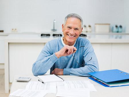 Senior hombre haciendo las finanzas del hogar