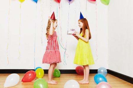 generosa: Chica dando un regalo de cumpleaños a un amigo