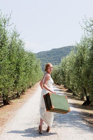 vestidos de epoca: Novia llevando la maleta en la carretera nacional