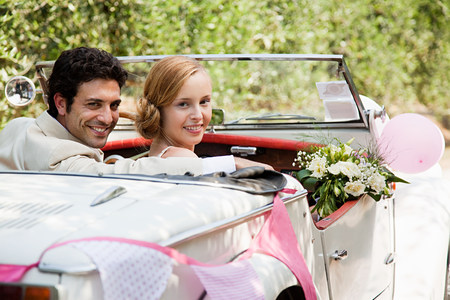 marrying: Newlyweds in classic car