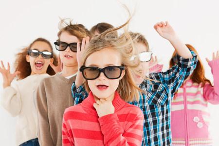 6 7 year old: Children wearing 3D glasses LANG_EVOIMAGES