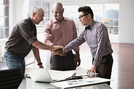 age 25 30 years: Businessmen shaking hands in office