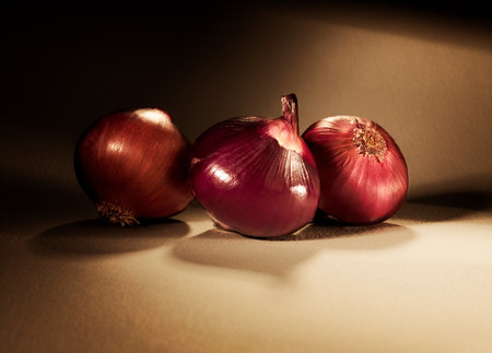 purples: Three red onions LANG_EVOIMAGES
