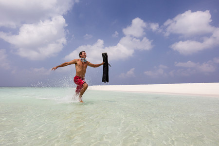 30 years old man: Running in Shallow Water LANG_EVOIMAGES
