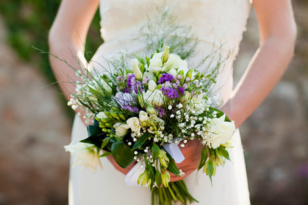 marrying: Bride holding bouquet, close up