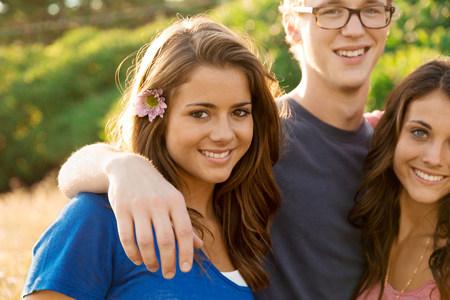 pubertad: Retrato de tres amigos con los brazos alrededor de uno al otro LANG_EVOIMAGES