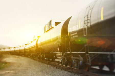 commodities: Coches cisterna de ferrocarril en la luz del sol LANG_EVOIMAGES