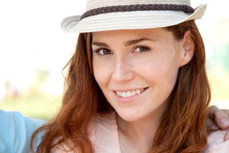 Young woman wearing fedora,portrait LANG_EVOIMAGES