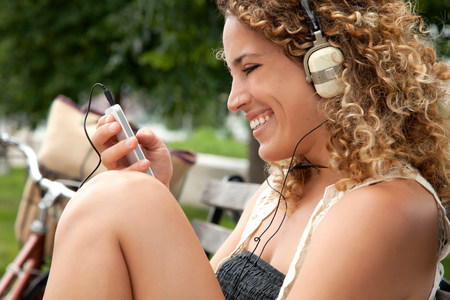 nosering: Young woman listening to music on mp3 player