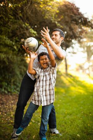 Otec a syn spolu hrají fotbal