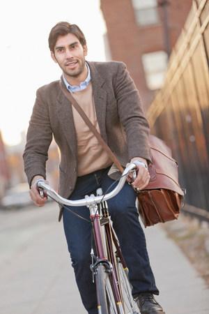 detoxing: Man riding bicycle on city street LANG_EVOIMAGES