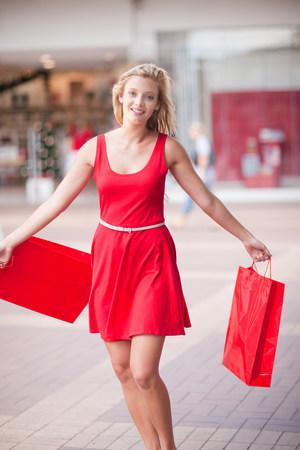 vestidos de epoca: Mujer, llevando, compras, bolsas, centro comercial