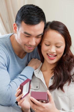 generosidad: Hombre que da el regalo de la novia en el sofá