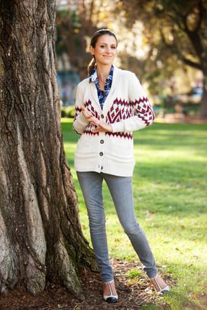 tiefe: Lächelnde Frau stehend von Baum LANG_EVOIMAGES
