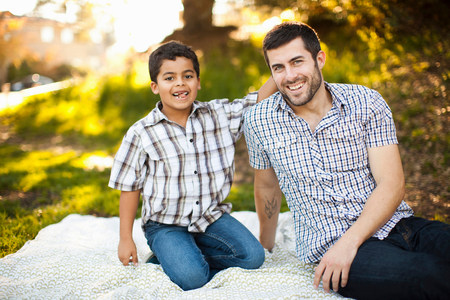 pa: Father and son on picnic blanket