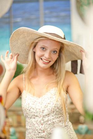 pubertad: Sonriente mujer de compras en la tienda LANG_EVOIMAGES