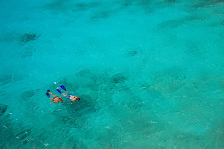 free diver: Couple snorkeling in tropical water LANG_EVOIMAGES