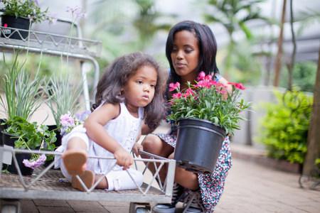 agachado: Madre con hija en el carro en el cuarto de niños