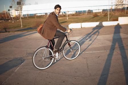 environmentalism: Man riding bicycle on city street LANG_EVOIMAGES