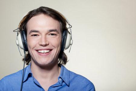Man wearing headphones LANG_EVOIMAGES