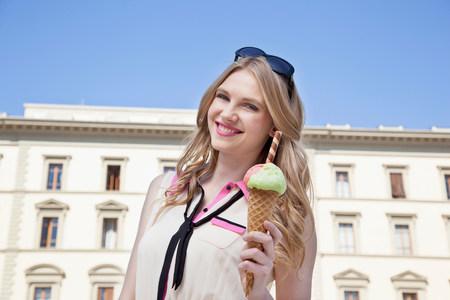 cremas faciales: Mujer joven con el cono de helado LANG_EVOIMAGES