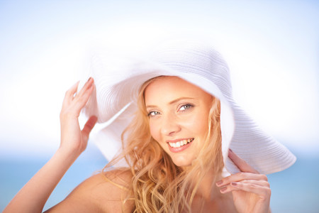 Woman wearing floppy hat outdoors LANG_EVOIMAGES
