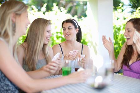 pubertad: Mujeres jugando a las cartas en la mesa