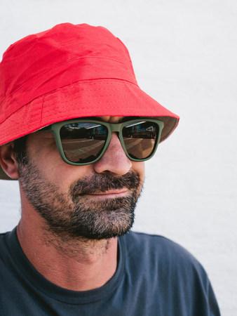 pelo castaño claro: Hombre que usa el sombrero y las gafas de sol LANG_EVOIMAGES