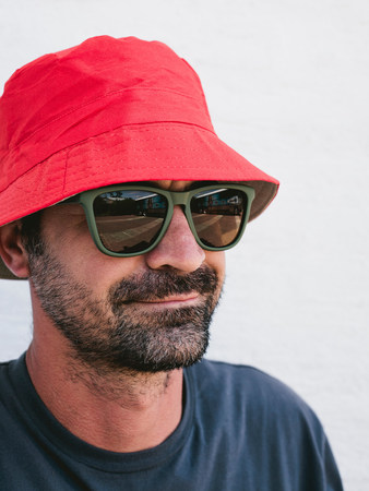 mode: Man wearing hat and sunglasses