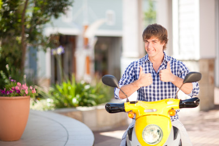 sit down: Hombre dando pulgares en scooter