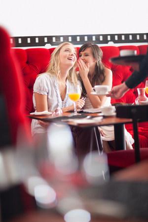 pubertad: Mujeres desayunando juntos en el café LANG_EVOIMAGES
