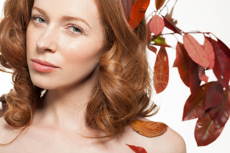 headshots: Woman with autumn leaves in her hair LANG_EVOIMAGES