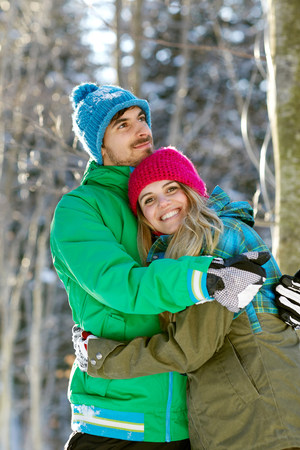 Portrait of couple hugging,wearing winter clothes LANG_EVOIMAGES