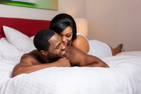 30 years old married couple: Smiling couple laying on bed