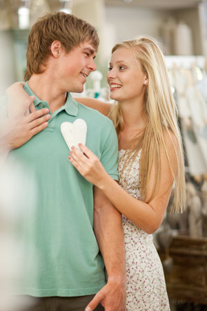 pubertad: Pareja de compras juntos en la tienda LANG_EVOIMAGES